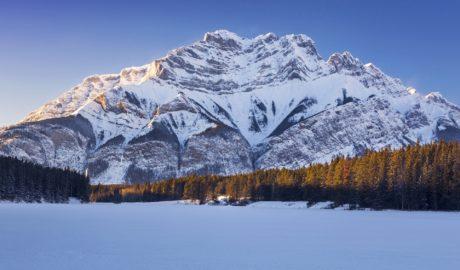 雪に覆われたカスケード山とジョンストン湖の冬の風景 バンフ国立公園 カナダの風景
