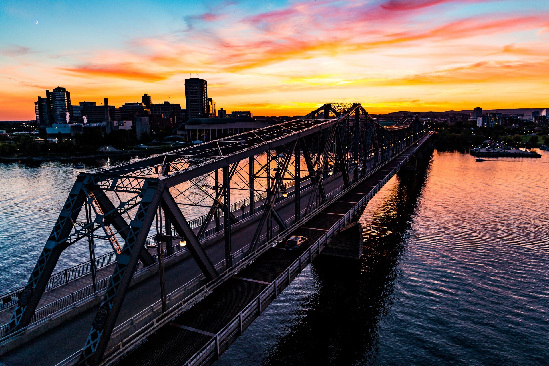 夕暮れのアレクサンドラ橋 オタワの風景