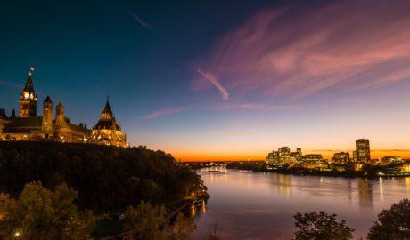 夕暮れ時のカナダ議会とオタワ川 カナダの風景
